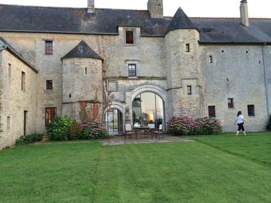 Manoir du Quesnay : view from the front and courtyard
