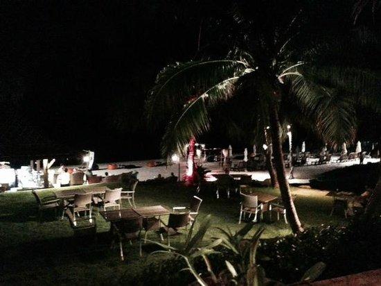 Royal Muang Samui Villas: Night view from restaurant