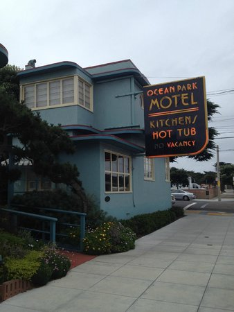 Ocean Park Motel : Street view from 46th Avenue.