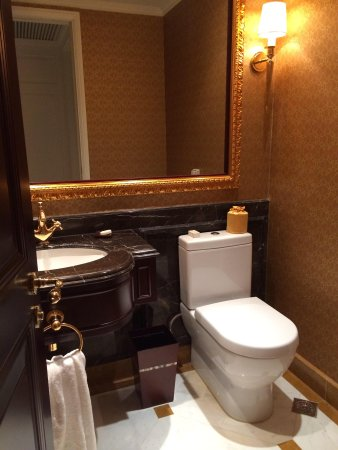 Grand Central Hotel Shanghai: living room toilet