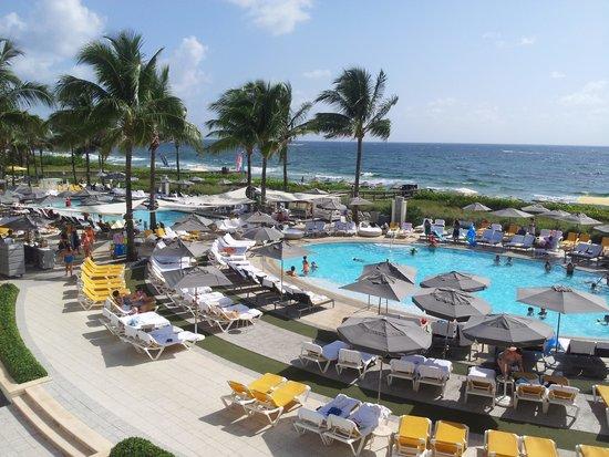 Boca Raton Resort, A Waldorf Astoria Resort: Ncie pool area at the beach club, but very crowded