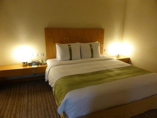 Holiday Inn Bangkok: The king size bed