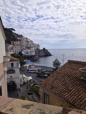 Hotel Croce di Amalfi: The view from the outdoor dining area.