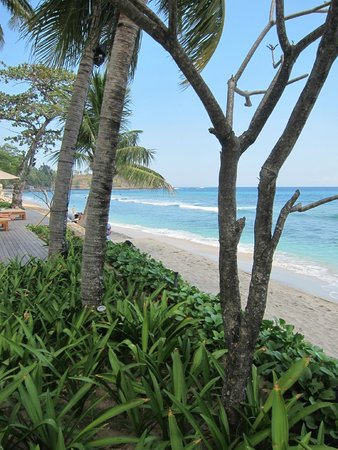 Qunci Villas Hotel: From the pool, so close to the lovel ocean