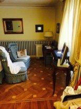 Petit Palais Hotel de Charme: общий вид, слева еще кровать