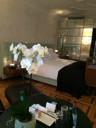 Widder Hotel : Fresh flowers is a nice touch! Furnishing is elegant and detailed.