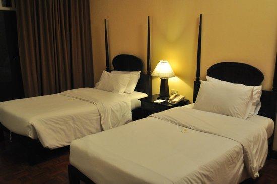 The Grand Luang Prabang Hotel & Resort: ภายในห้องพักมาตรฐาน ก็ใช้ได้ สะอาดสวยงาม พื้นเปนไม้ มีรองเท้าแตะให้