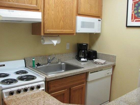 TownePlace Suites Fresno: kitchen