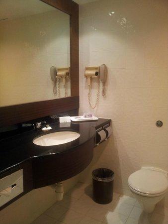 Corus Hotel Kuala Lumpur : clean shower room