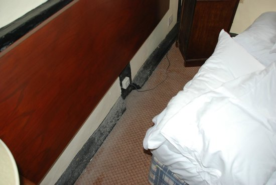 George Hotel Dorchester-on-Thames: Longterm under bed dust