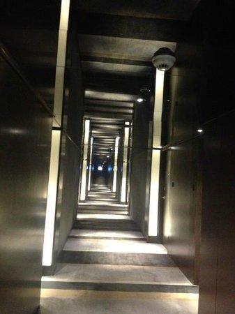 The Mira Hong Kong: Corridor : nice perspective, viewpoint.