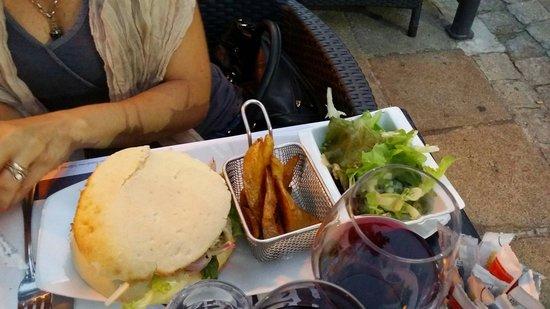 Aubergine : Panino con pollo e insalata con patatine alla francese.