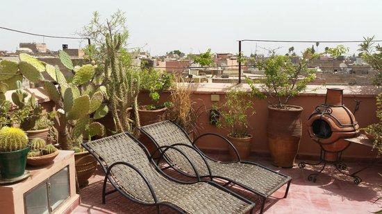 Riad Miski : Sun-loungers on rooftop terrace