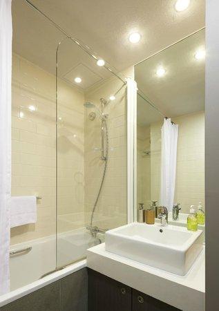 Citadines Trafalgar Square London: The very spacious and clean bathoom