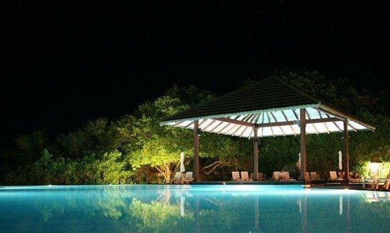 Adaaran Select Meedhupparu: Ved bassenget på kvelden
