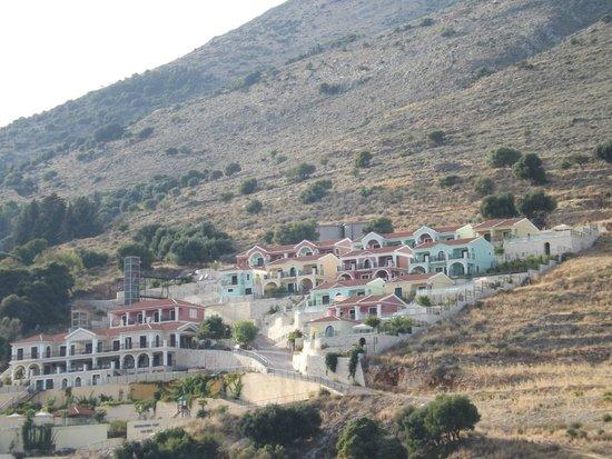 Kefalonia Bay Palace : widok na hotel podczas rejsu po zatoce
