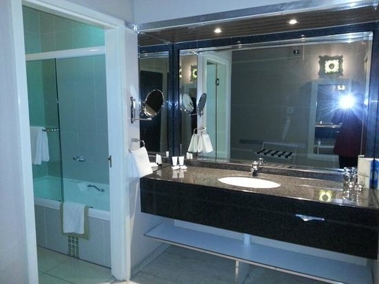 Peermont Metcourt Suites at Emperors Palace: Bathroom
