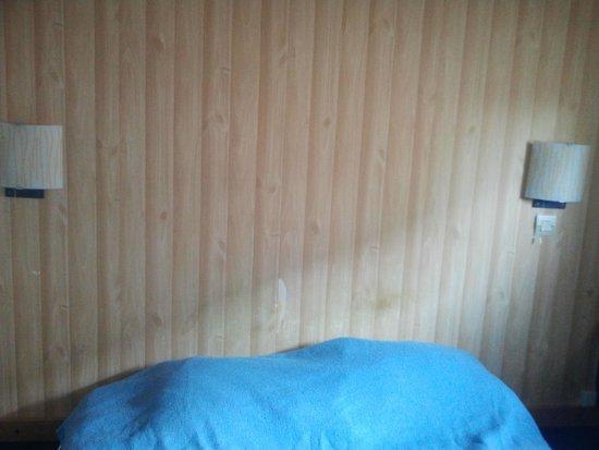 Hôtel Stars Lyon Bron: Mur de la tête du lit avec 2 applique pas en fonctions