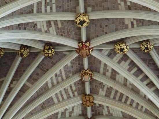 Le bugne, tutte colorate, poste sul soffitto della navata centrale ...