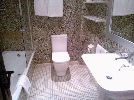 Hotel Temple Ponferrada: Baño con bañera grande