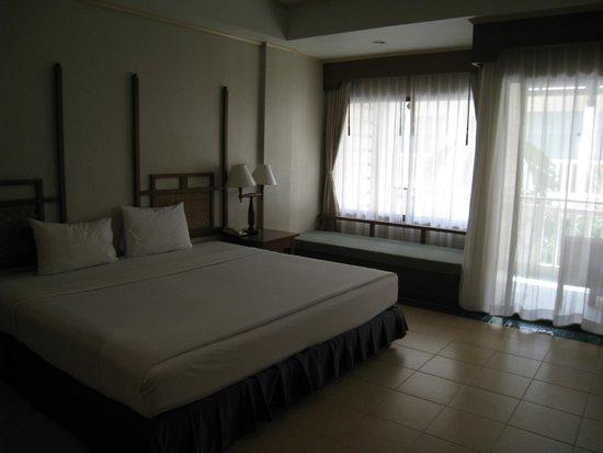Karon Princess Hotel: デラックスタイプ 奥にあるソファでも寝れます(笑)気持ちいい!