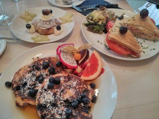 Von der Motte : Hinten links: Cinnamon Roll (Nur am Wochenende), vorne links: Pancake mit Blaubeeren, rechts: To