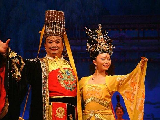 Shaanxi Grand Opera House Xi'an: La opera empieza con el emperador y la emperatriz presentando la función