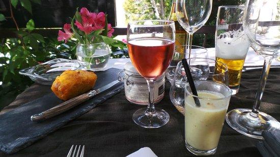 Le Sanglier Paresseux : amuse bouche : cake tomate mozarella + velouté d'asperges au parmesan