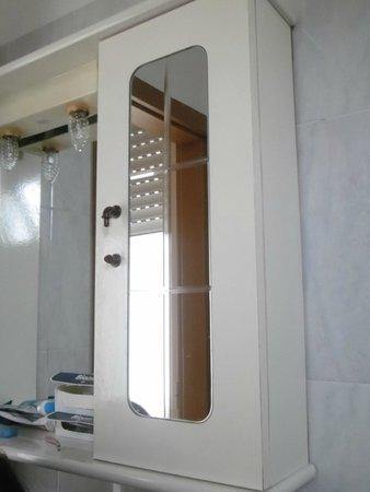 mobiletto del bagno in condizioni indecenti - Foto di Albergo Le ...