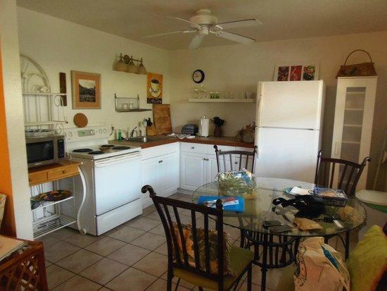 Mango Street Inn: Kitchen and Dining area
