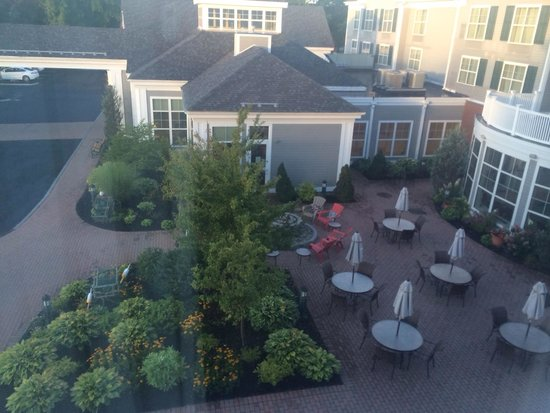 Hilton Garden Inn Freeport Downtown: Quaint outdoor seating
