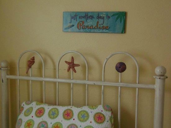 Mango Street Inn: Bed and decor detail