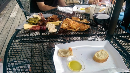 Naked Mountain Winery & Vineyards: Food for purchase