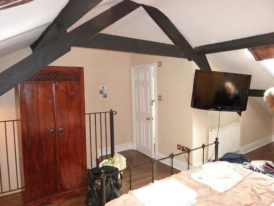 Lamb & Lion Inn: Bedroom access stairs and bathroom door area