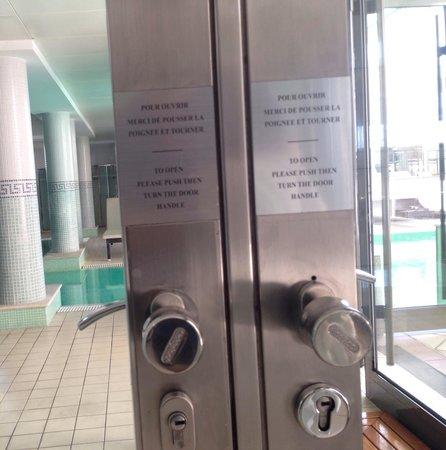 Hyatt Regency Nice Palais de la Mediterranee: Ask for help to open !!!