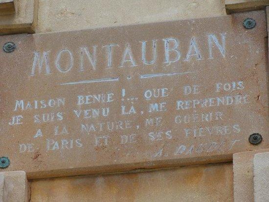 Chateau de Montauban: écriteau à l'extérieur du chateau