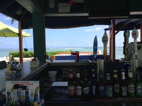 Wyndham Reef Resort: the best bar on the beach