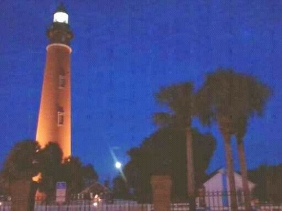 Ponce de Leon Inlet Lighthouse & Museum: Nightlight house.