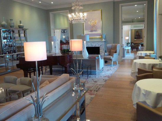 Coworth Park - Dorchester Collection: Lounge area in the Main House