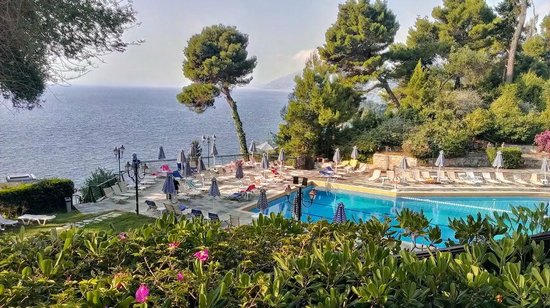 Corfu Holiday Palace: Вид на бассейн с террасы