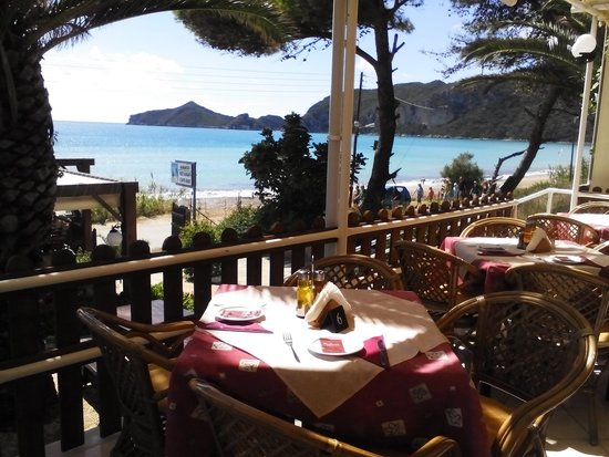 Ammos Seaside in Saint George: table with a view!