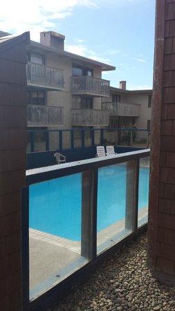 Cozy Cove Beachfront Resort Inn: Small, sketchy pool