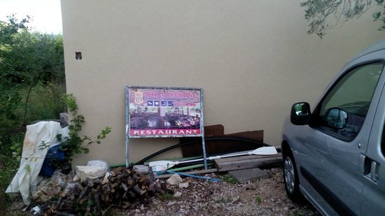 Pasman Island, Kroasia: Unrat im Parkplatzbereich