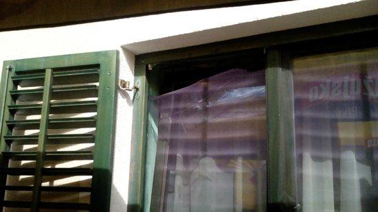 "Pasman Island, Croatia: Fenster mit "" Insektenschutz "" all e anderen waren ohne"