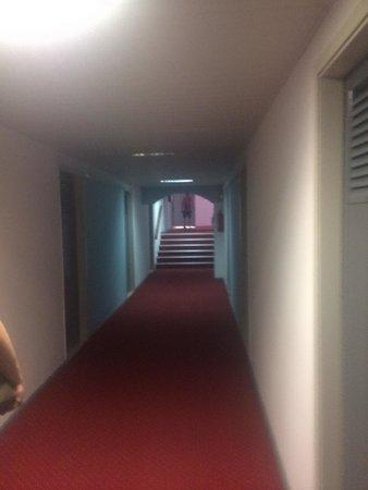 Belair Beach Hotel : Gangen med skitne tepper, mørkt og utrivelig