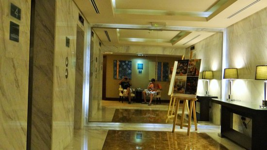 Four Points by Sheraton Bur Dubai: Trhe Lobby in front of room