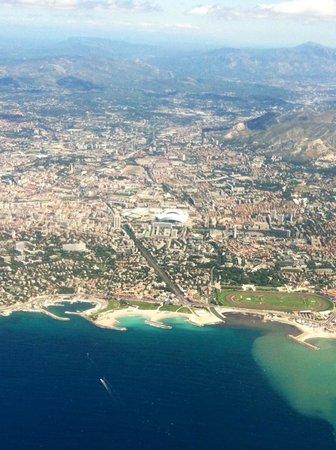 Stade Velodrome: Vue d'avion en arrivant sur Marseille! En blanc au fond le Stade Vel' !