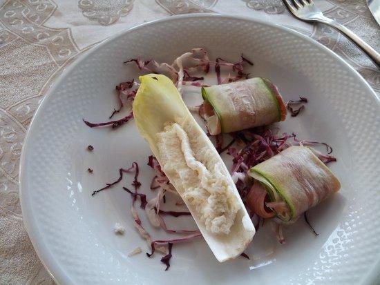 Corte del Salento: Antipasto:una foglia con ricotta e due zucchine arrotolate