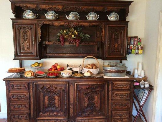 Vineyard Country Inn: The Breakfast Buffet