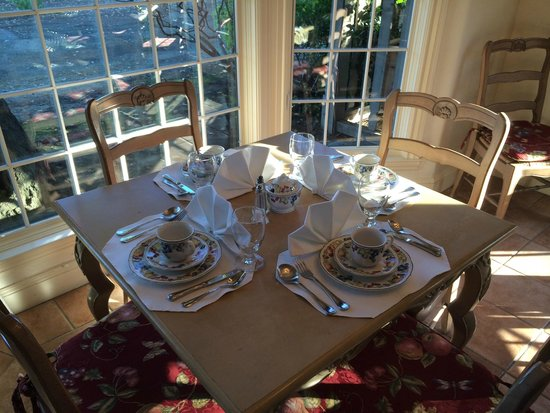 Vineyard Country Inn : One of the many 4-top tables set for Breakfast